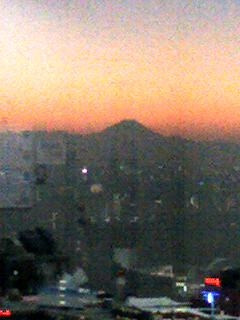夕焼けの中の富士山
